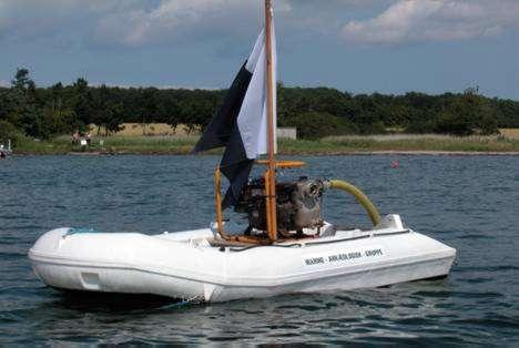 Båd med pumpemateriel